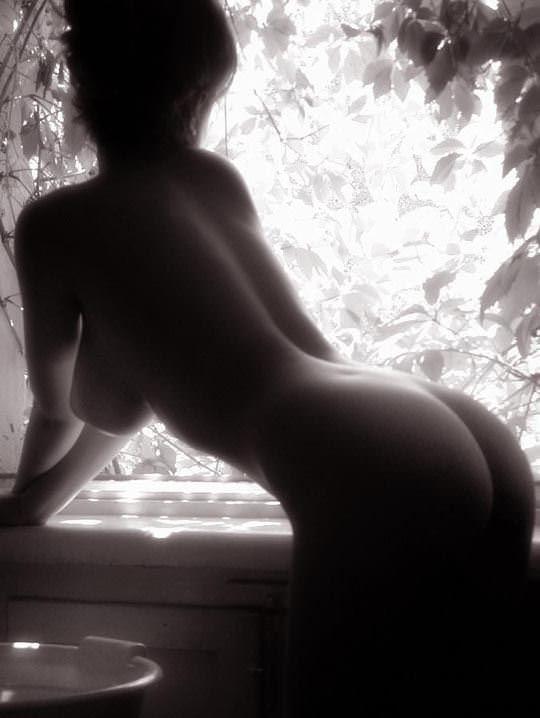 【外人】おっぱいのシルエットが美しいモノクロ美女の洗髪ポルノ画像 11138