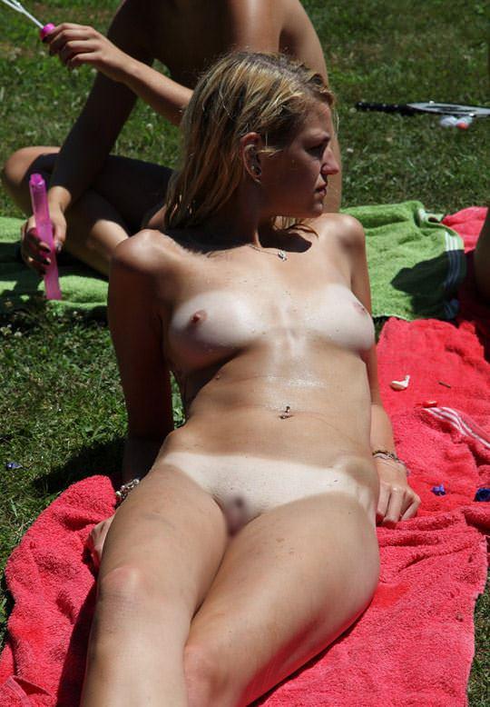 【外人】全裸でピクニックを楽しむ家族が激エロ過ぎて勃起不可避なポルノ画像 1119