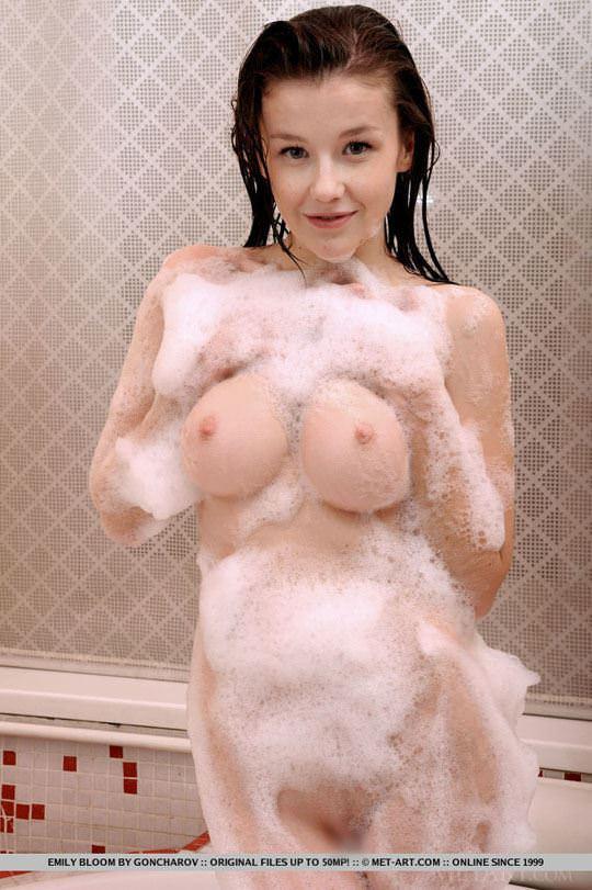 【外人】ロリ顔で愛らしい表情のウクライナ美少女エミリー・ブルーム(Emily Bloom)のパイパンまんことおっぱいポルノ画像 1122