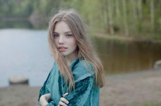 【外人】ロリータ顔のアメリカ人美少女モデルのクリスティン・フローセス(Kristine Froseth)が野外キャンプしてるポルノ画像 1158