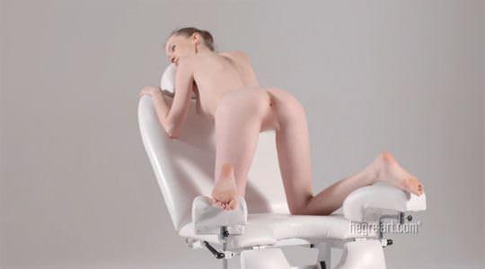 【外人】ウクライナ人モデルの真っ白美肌のエミリー・ブルーム(Emily Bloom)が膣内マッサージを受けてるポルノ画像 1172