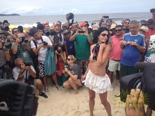 【外人】ブラジル人美女がトップレスで講義する誘惑半端ない露出ポルノ画像 118