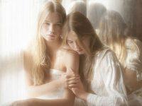 【外人】シースルーの下着を着た美少女姉弟のセミヌードポルノ画像