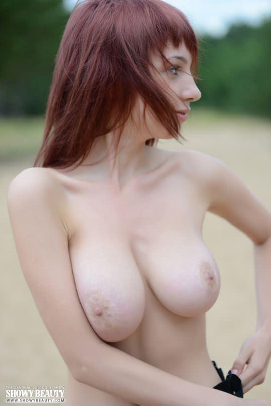 【外人】ロシアのDカップ巨乳美女がビーチでおまんこ露出ポルノ画像 13101