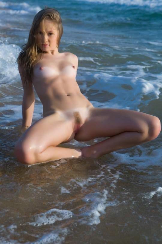 【外人】ビーチの波打ち際ではしゃぐ金髪洋ロリ顔の美少女がフルヌードでおまんこ露出するポルノ画像 1355
