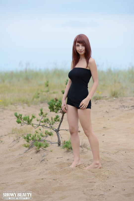 【外人】ロシアのDカップ巨乳美女がビーチでおまんこ露出ポルノ画像 1406