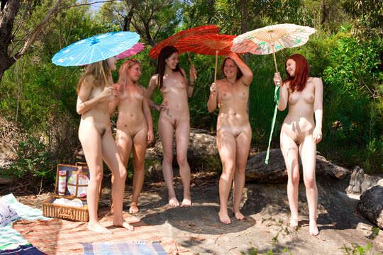【外人】露出好きな美女が集まってはしゃいでるフルヌードポルノ画像 1414