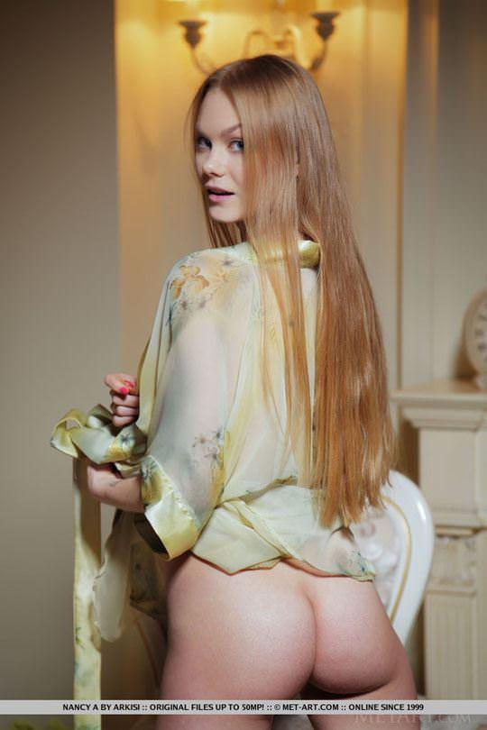 【外人】ウクライナの美少女ナンシー(Nancy A)がセーターたくし上げておっぱい露出するヌードポルノ画像 15
