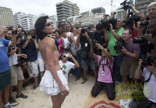 【外人】ブラジル人美女がトップレスで講義する誘惑半端ない露出ポルノ画像 152