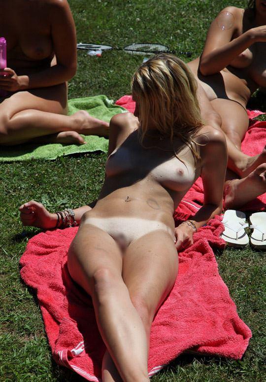 【外人】全裸でピクニックを楽しむ家族が激エロ過ぎて勃起不可避なポルノ画像 1612