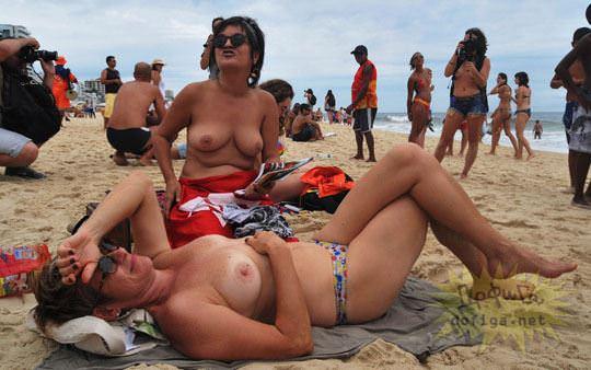 【外人】ブラジル人美女がトップレスで講義する誘惑半端ない露出ポルノ画像 162