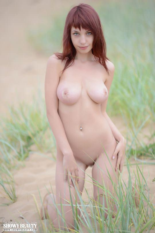 【外人】ロシアのDカップ巨乳美女がビーチでおまんこ露出ポルノ画像 1679