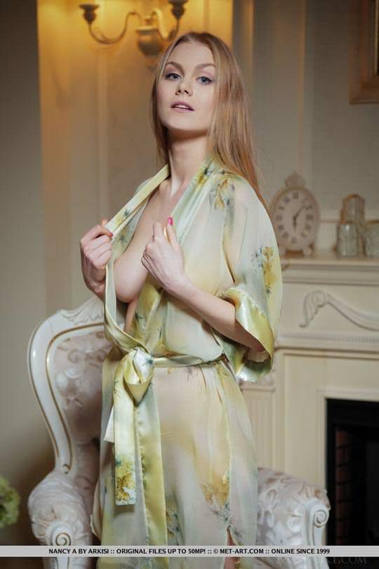 【外人】ウクライナの美少女ナンシー(Nancy A)がセーターたくし上げておっぱい露出するヌードポルノ画像 17