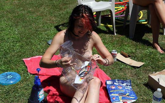 【外人】全裸でピクニックを楽しむ家族が激エロ過ぎて勃起不可避なポルノ画像 170