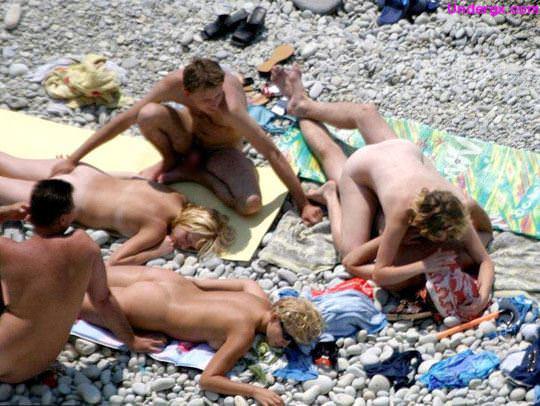 【外人】隠し撮りされてるとも気づかずにビーチでセックスしてる素人バカップルの青姦ポルノ画像 1733