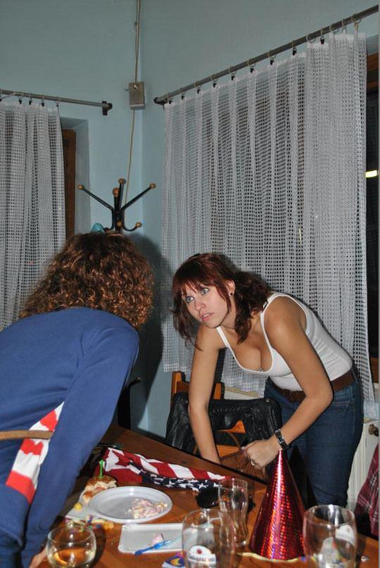 【外人】ノーブラ文化の海外では日常茶飯事な乳首露出胸チラポルノ画像 1819