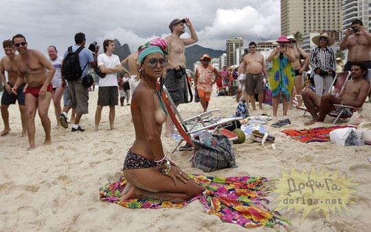 【外人】ブラジル人美女がトップレスで講義する誘惑半端ない露出ポルノ画像 182