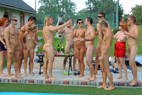 【外人】裸で居ることが大好きなヌーディスト達のアウトドアライフのポルノ画像 1867