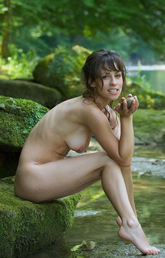 【外人】水辺でセクシーヌードを取る妖精たちの露出ポルノ画像 1922