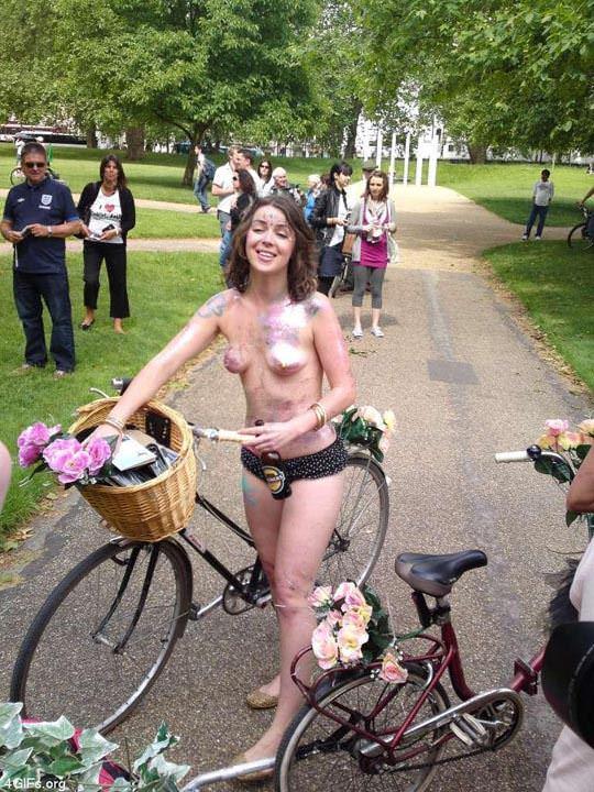 【外人】World Naked Bike Rideで全裸になってチャリに乗る美女達の街撮り露出ポルノ画像 2048
