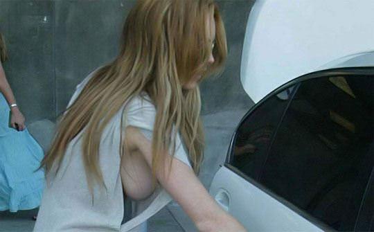 【外人】アメリカ人女優リンジー・ローハン(Lindsay Lohan)の豊胸おっぱいの横乳がめちゃエロいポルノ画像 2212
