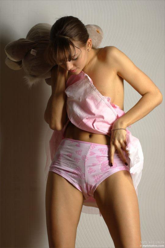 【外人】パンツが綺麗にまんこの割れ目に食い込んでマン筋みせてるポルノ画像 2216