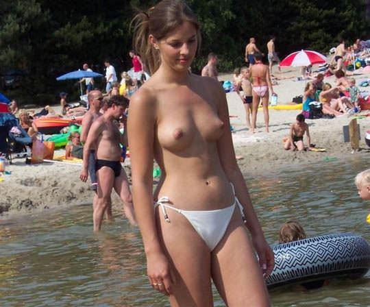 【外人】素晴らしき美巨乳を露わにビーチで遊ぶおっぱいギャル達の露出ポルノ画像 2229