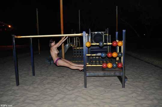 【外人】従順な彼女が彼氏の性癖を拒めずにコスプレ野外露出の撮影をするポルノ画像 2252