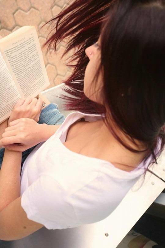 【外人】ノーブラ文化の海外では日常茶飯事な乳首露出胸チラポルノ画像 2316