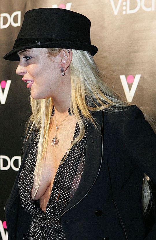 【外人】アメリカ人女優リンジー・ローハン(Lindsay Lohan)の豊胸おっぱいの横乳がめちゃエロいポルノ画像 249