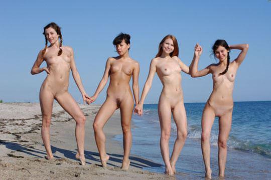 【外人】露出好きな美女が集まってはしゃいでるフルヌードポルノ画像 267