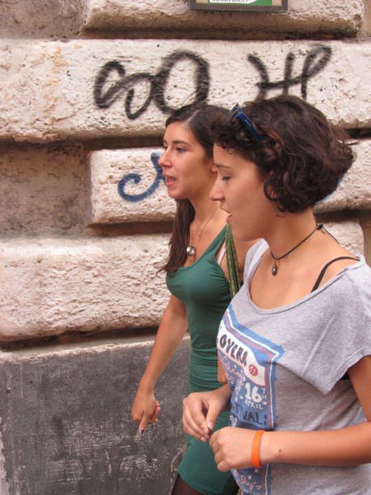 【外人】ローマで街撮りされちゃった女の子たちの着衣エロポルノ画像 27