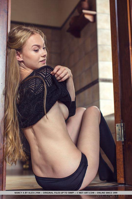 【外人】ウクライナの美少女ナンシー(Nancy A)がセーターたくし上げておっぱい露出するヌードポルノ画像 31