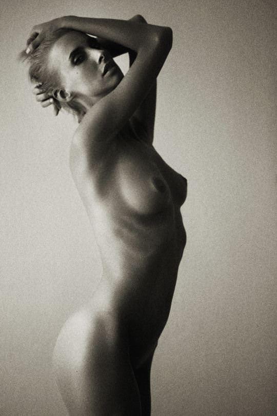 【外人】海外女性の整った顔立ちがモノクロ写真で際立つヌードポルノ画像 3147