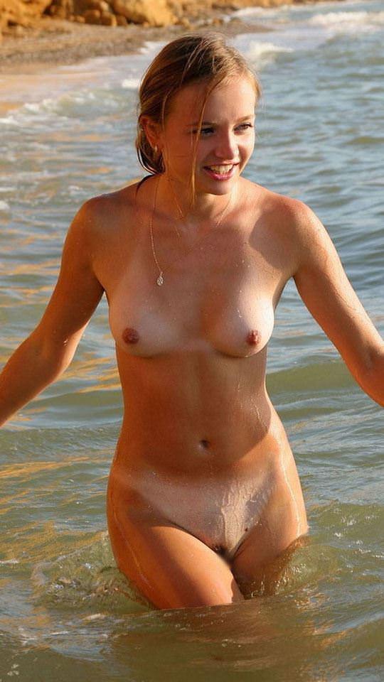 【外人】いかにも可愛い美少女二人がヌーディストビーチでフルヌード撮影ポルノ画像 3204
