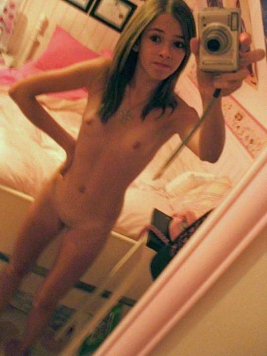 【外人】鏡の前に経つと条件反射的におっぱい自撮りしたくなる海外素人美女のポルノ画像 3207