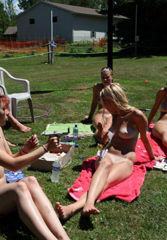 【外人】全裸でピクニックを楽しむ家族が激エロ過ぎて勃起不可避なポルノ画像 326
