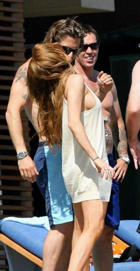 【外人】アメリカ人女優リンジー・ローハン(Lindsay Lohan)の豊胸おっぱいの横乳がめちゃエロいポルノ画像 329