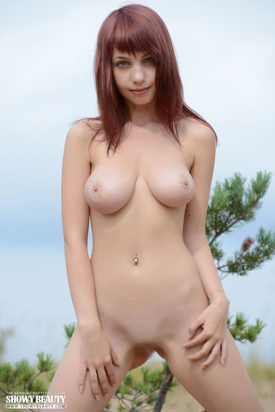 【外人】ロシアのDカップ巨乳美女がビーチでおまんこ露出ポルノ画像 4164