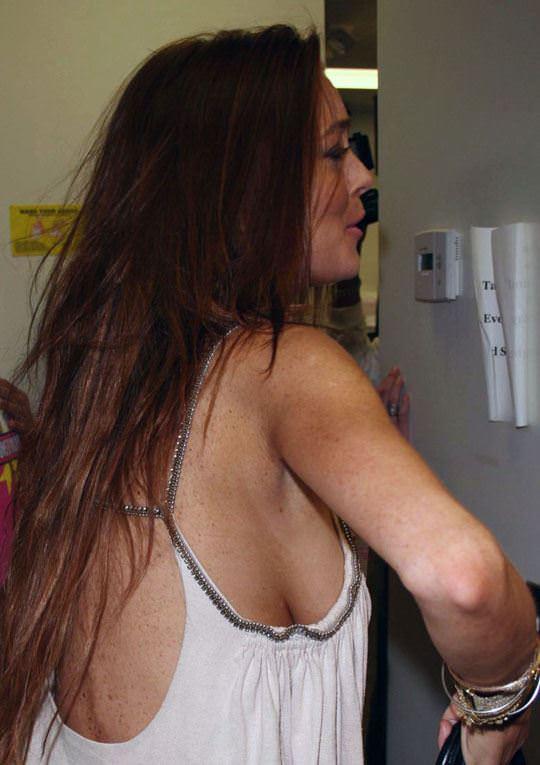 【外人】アメリカ人女優リンジー・ローハン(Lindsay Lohan)の豊胸おっぱいの横乳がめちゃエロいポルノ画像 427