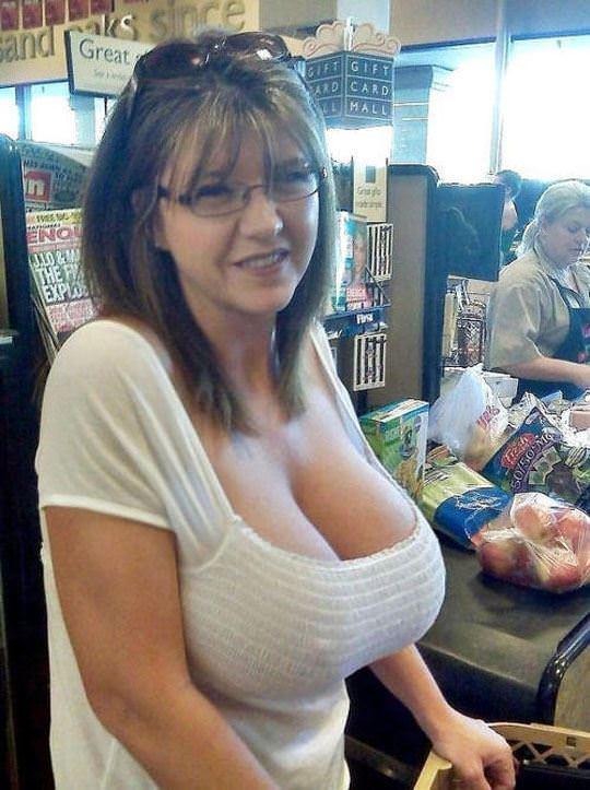【外人】ノーブラ文化の海外では日常茶飯事な乳首露出胸チラポルノ画像 449