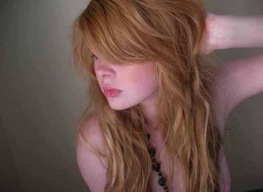 【外人】赤毛のロリ顔素人娘が半裸で自画撮りしてるポルノ画像 5124