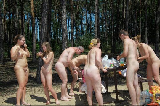 【外人】裸で居ることが大好きなヌーディスト達のアウトドアライフのポルノ画像 5131