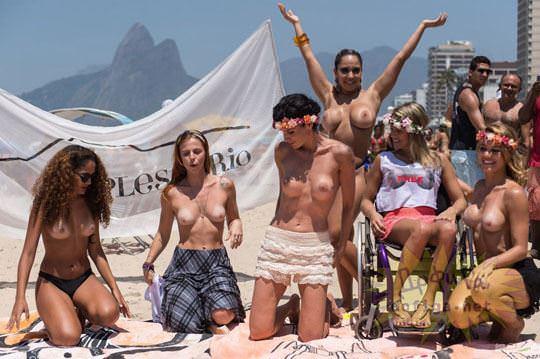 【外人】ブラジル人美女がトップレスで講義する誘惑半端ない露出ポルノ画像 54
