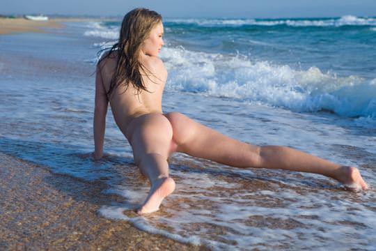 【外人】ビーチの波打ち際ではしゃぐ金髪洋ロリ顔の美少女がフルヌードでおまんこ露出するポルノ画像 577