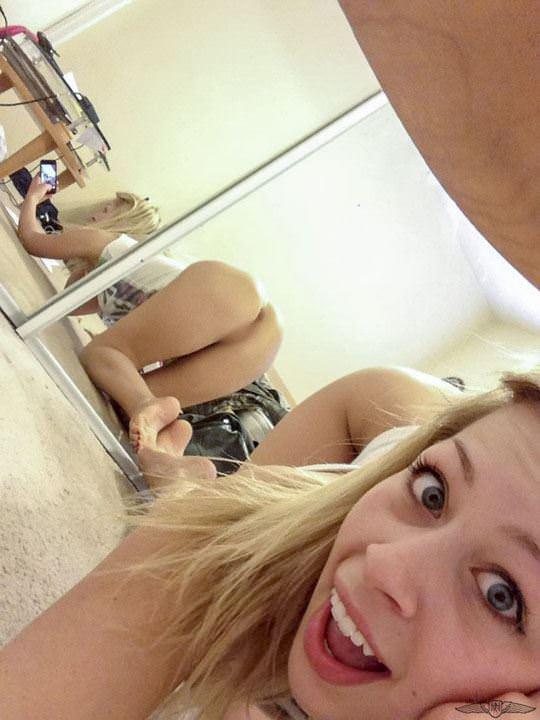【外人】まんまるで張りのあるお尻が超魅力的な素人の自画撮りポルノ画像 623