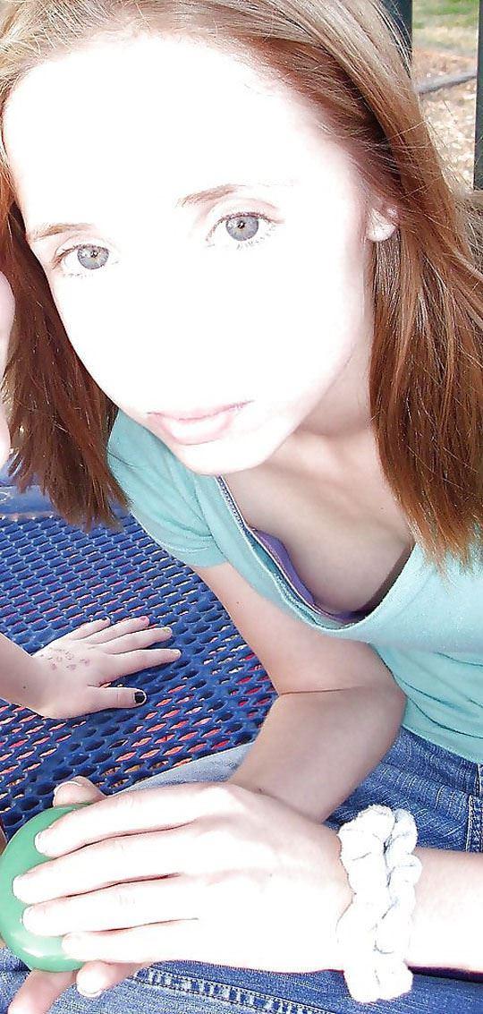 【外人】ノーブラ文化の海外では日常茶飯事な乳首露出胸チラポルノ画像 630