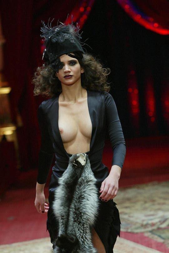 【外人】ファッションショーはやたらと乳首を露出したがるポルノ画像 690