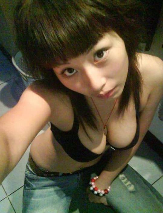 【外人】台湾人の激カワ素人娘が自慢の巨乳おっぱいを自画撮りしてネットうpのポルノ画像 711