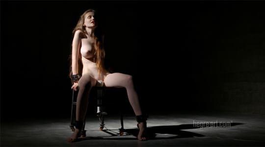 【外人】ウクライナの美白巨乳エミリー・ブルーム(Emily Bloom)が電マでガチ逝きしてるオナニーポルノ画像 755